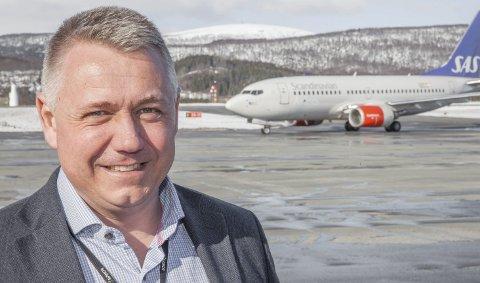 Lufthavnsjef Erik Bergstedt er svært godt fornøyd med jobben som gjøres på Evenes. På grunn av målrettet jobb, og halvert underskudd, flyttes Evenes opp én divisjon fra månedsskiftet.