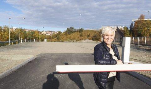 Til nytte: Da Narvikgården hadde fått ryddet området for bilvrak og skrot, ble det plass til å stille opp 32 bobiler – midt i sentrum. – Interessen viser at det var behov for tilbudet, og vi forventer å tjene noen kroner på dette fra neste år av, sier prosjektleder for parkering i Narvikgården, Unni Forshaug. Foto: Terje Næsje