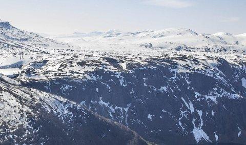 Klart: PÅ dette fjellplatået ovenfor Sørfjord i Tysfjord skal en vindpark som kan produsere strøm til 15.000 husstander bygges. Nå har eieren, den finske kraftprodusenten Fortum gjort sin investeringsbeslutning, og dermed er det klart for å gå i gang.Foto: Nordkraft