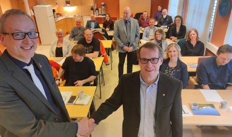 Ny rådmann: Terje Bartholsen (t.v) smiler over at Jan Tore Sørensen (t.h) trer inn i stillingen som ny rådmann i Evenes fra 14.april