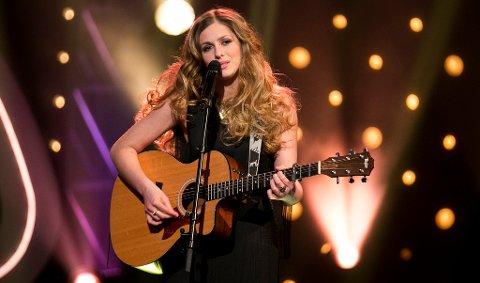"Siri Vølstad Jensen kom fredag kveld ett skritt nærmere Idol-finalen med sin egen låt, ""Take my Time""."