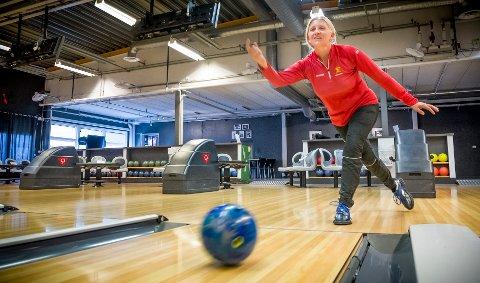 ENDELIG: Det har vært lange dager for de som har savnet å kunne bowle. Nå har bowlinghallene fått lov til å åpne for vanlig drift igjen, noe Grethe Bergersen i Bowlingsenteret Kongsvinger setter stor pris på.