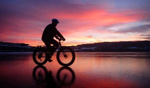 6. FULL RULLE: Sykkeltur på Mjøsisen. Foto: Anne Lise Koller