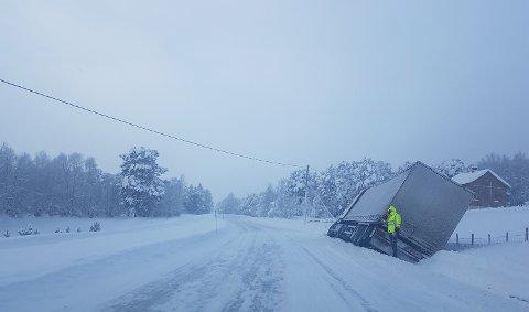 KJØRTE AV: En lastebil fikk problemer og kjørte av E136 mellom Lora og Lesja tirsdag.