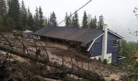 ØDELAGT: Huset i Aurdal var ikke beboelig etter skredet i 2013. Jordsørpa sto til oppunder taket på oversiden. Innvendig var flere rom fylt av jordmasser.