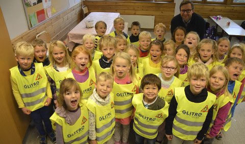 BRUKER REFLEKS: Førsteklassinger på Grua skole med refleksvest, som Vegar Haug Slåttum i Glitre Energi delte ut.