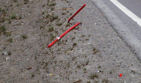 VANLIG SYN: De ødelagte røde pinnene har blitt et vanlig syn i veikanten.