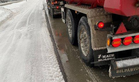 IKKE GODKJENT: To vogntog kjørte med dekk som ikke var merket som godkjente vinterdekk.