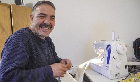 ØNSKER JOBB: Bassam Yousef Talli var skredder i Syria, da han måtte flykte til Libanon. Nå er han kvoteflyktning i Halden og på plass ved symaskinen igjen.