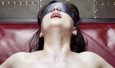 50 shades of Grey: Filmen går på Aladdin kino og har trukket svært mange mennesker til kinosalen denne helgen.