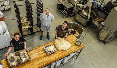 NYTT: Det nye bakeriet sett i fugleperspektiv. Fra venstre: Anne Berit Willard, Freddy Olsen og Espen Willard (bakerst).