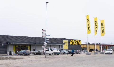 VED VEIEN: Rusta ligger på Midtstranda, rett ved veien.