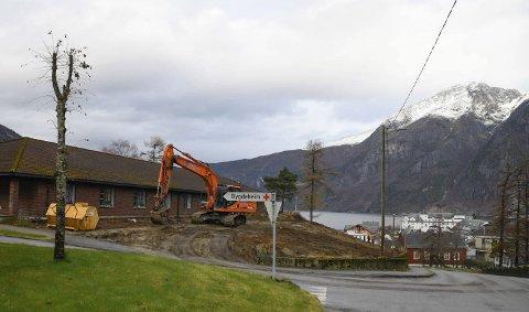 Graving: Måndag byrja underentreprenør Roger Jordalen Maskin å grava ut tomt til ein midlertidig sjukeheim i Eidfjord.