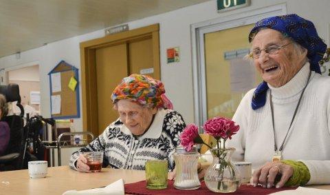 Kaffistund: Agnes Padøy (t.v.) og Borgny Gripp har mange gode samtalar på sjukeheimen