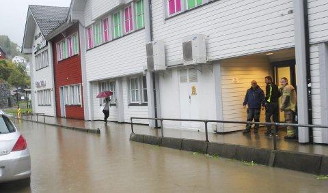 Overvann: Intense regnskurar har ført til overfløymingar i Odda sentrum fleire gongar dei siste åra. Her frå då store vassmengder skapte ein innsjø ved Sørfjordsenteret i 2018.Arkiv: Synnøve Nyheim