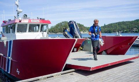 VASK OG STELL:  «Astrid» har lagt til på Hamnaren i Førlandsfjorden, og  Odd-Bjørn Saltnes går i land for å sjekke, rydde og vaske .