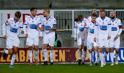 UTLIGNING: Haugesundspillere jubler etter 2-2-målet. Målscorer Haugesunds Christian Grindheim (t.h)