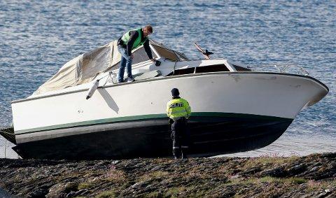 POLITI: Undersøker båten.