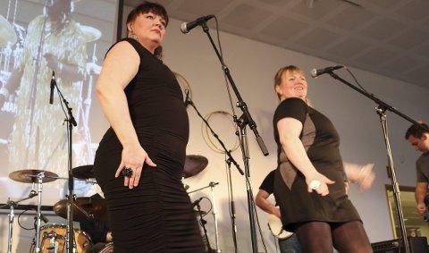 FRODIG: Ansatte ved SVS, Hilde Svines Bjørnvik (til venstre) og Birgit Øen Danielsen svinger seg til tonene av «Stor svær dæsæ», den norske versjonen av «Big Fat Mama».                                                                                         Foto: Jarl G. Sandholm