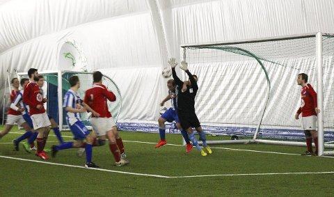 DØDBALL: To sekunder senere scorer Henning Gladsø sitt andre mål og kampens fjerde mål.