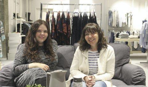 Fornøyd med sofa: Vi er veldig glade for at vi kan ha sofa i butikken nå, det hadde vi ikke mulighet til før, sier Therese Tverå (til venstre) og Kirsti Ravnå Tverå. Foto: Benedicte Wærstad