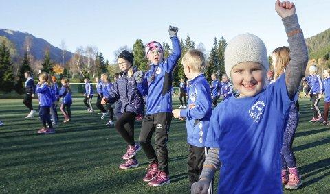 MIDT I KAMPEN: I pausen i kampen mellom Mosjøen og Mo IL var det turnoppvisning med 70 unger fra MIL Turn.