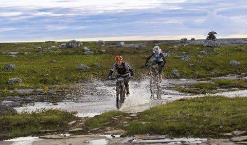 FUKTIG RITT: Syklister på vei over Finnmarksvidda under terrengrittet Offroad Finnmark. Rittet har start og målgang i Alta, og man kan velge mellom 700 km, 300 km eller 150 km og rittet varte fra 29. juli til 6. august i år.