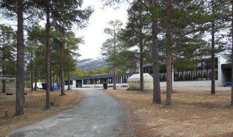SKAL ERSTATTES: Skolen i Burfjord skal rives, og en ny skal skal bygges av en rekke Alta-bedrifter.