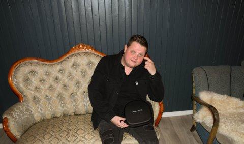 BACKSTAGE: Ørjan Nilsen (38) sier han gjerne holder flere konserter i Norge, når pandemien en gang er over. Her i kjelleren på Kooperativet før han skal på scenen.