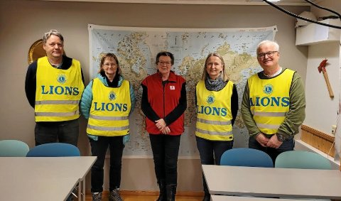 DONERTE GAVE: Fra gaveoverrekkelsen. Her i midten, leder Gunnhild Bjørnes i Levanger Røde Kors, fra venstre Lions-representantene Jørgen Due og Aud Grådal, og til høyre for Bjørnes, Sissel Tronstad, og Per Solve Sørlie.