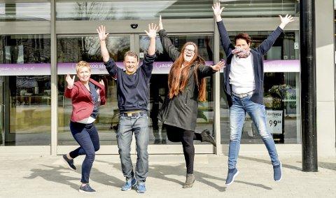 Feirer våren: Cathrine Aaserud (t.v.), Anders Fjeldstad, Marit Reisjaa Karlsen og senterleder Vibecke Graff gleder seg til Vårspretten. Foto: privat