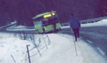 Full stopp: JHer står skolebussen på den speilblanke Klapputveien.