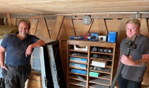 LITT AV HVERT: Håkon Hauer (t.v.) og Knut Gunneriussen mangler ikke akkurat pågangsmot. Arbeidskompisene har brukt 400 timer dugnad på å restaurere og rydde ut av gamle Hjellebøl trevarefabrikk, som karene har kjøpt sammen.