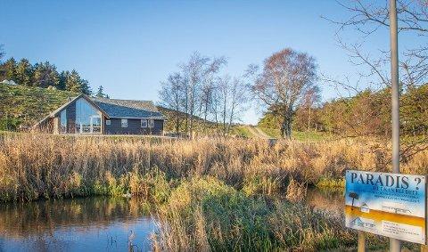 NEDSATT: Denne hytta som ligger ved Frøylandsvatnet, nær parkområdet Sandtangen i Time, men i Klepp kommune, er satt ned fra 3,5 til drøyt 2,7 millioner kroner.