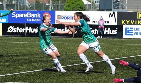 JUBEL: Kristina Maksuti (t.h.) feirer scoringen sammen med Marie Hella Andresen.