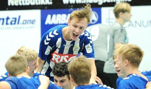 GLAD: Marius Olseth feirer lørdagens første seier sammen med lagkameratene.