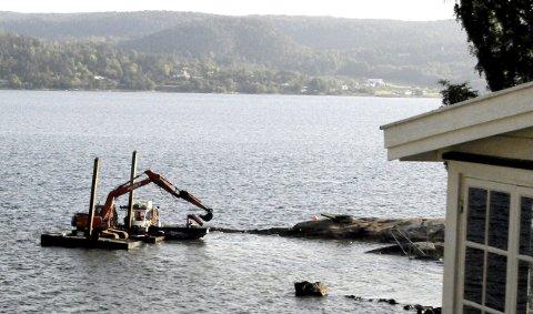 GRAVEMASKIN PÅ LEKTER: Arbeidene pågår på Smørstein. FOTO: LARS IVAR HORDNES