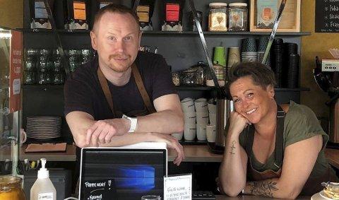 ALLE GODE TING ER TRE: Ørjan Sønvinsen og Gitte Rustad Monsen driver «Påfyll på toppen». Selv etter to avslag fra kommunen ga de ikke opp håpet om skjenkjebevilning. Den tredje søknaden løste alt.