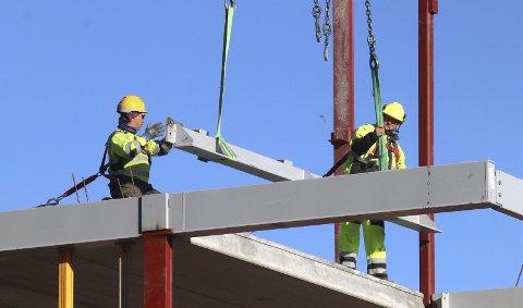 Noe går som normalt: Mange byggeprosjekter har gått tilnærmet normalt i koronakrisen. Foto: Pål Nordby