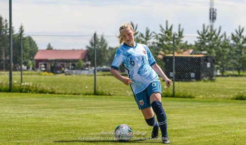 Ella var på J19 landslagssamling i juni. Hun ønsker å spille fotball i utlandet.