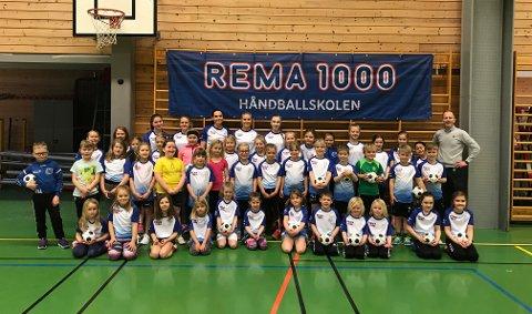 Her ser du alle dei 40 ungane som deltok på Kvinnherad handballklubb sin handballskule denne veka, saman med instruktørane. Handballskulen er sponsa av Rema 1000, og til høgre ser du butikksjef Dagfinn Gjerde. (Foto: Anne Grethe W. Kaldestad).