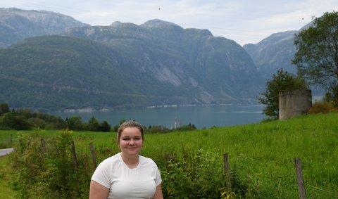 I SUNDAL:  Kvinnheringen har tatt sommarpraten med Ida Solheim Eide bur i Sundal, men går på skule i Odda.