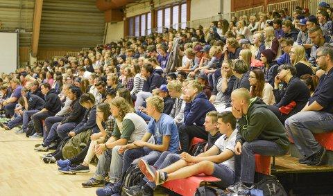 VALG: 4.- og 5. september er det skolevalg i Buskerud. Her er de videregående elevene i Kongsberghallen og hører på skoledebatten i 2015.