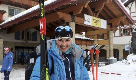 TETT PÅ: Esther Myrebøe legger til rette så det går best mulig for de norske under junior-VM og U23-VM i langrenn. Så vidt rekker hun også selv å ta i bruk skiene.  FOTO: ERIK BORG