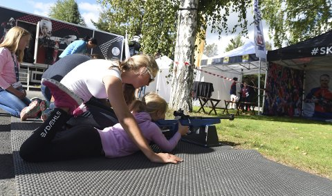 GIR GODE RÅD: Nora Dokken Beget gir en av deltakerne på Spenning i sikte gode tips når det gjelder skyting.