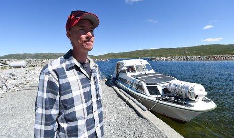 SKIPPEREN: 32 år gamle Bendik Prestegården frakter flere tusen reisende fra Synken til Mårbu på Telemark og Buskeruds tak hvert år. Båten MB Mårfjord fyller 50 år i år. FOTO: OLE JOHN HOSTVEDT
