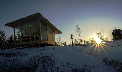 Hva skal den hete? Bli med å foreslå navn på den åpne bua som Statskog har satt opp på toppen av Gjevlekollen i Finnemarka, Foto: Torkel Skoglund