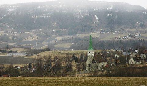 FRITT UTSYN: Sjåstad kirke ligger som et lysende midtpunkt i bygda. Den 122 år gamle kirken er Lier yngste og største.
