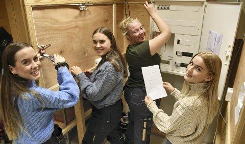 FRAMTIDAS ELEKTRIKERE: Jenter som velger utradisjonelle yrker møter fortsatt fordommer. Fra venstre: Nora (fra Sylling), Guro (fra Øverskogen), Elise (fra Lierskogen) og Josefine (fra Stoppen), alle 17 år. Foto: Stein styve