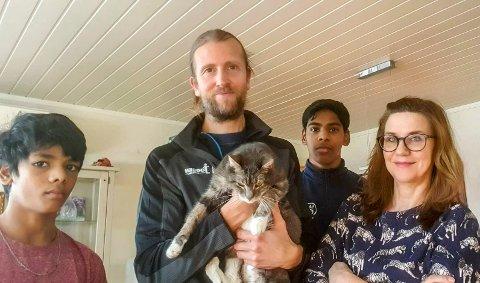 Litt lei: Gjermund Sørstad og familien er litt lei av karantene og hjemmekontor, men har full forståelse for at det må til, F.v. Håkon (snart 13), Gjermund (med katten Billy), Vemund (15) og Margrethe Heltzer Anderssen.